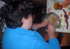 Azucena y Gema, participantes del proyecto CECAP Los Yébenes, aprenden a cocinar