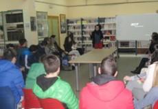 La directora de voluntariado de Grupo CECAP imparte unas charlas sobre voluntariado en el IES Guadalerzas de Los Yébenes