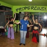 Rebeca Valverde recibe clases de danza del vientre